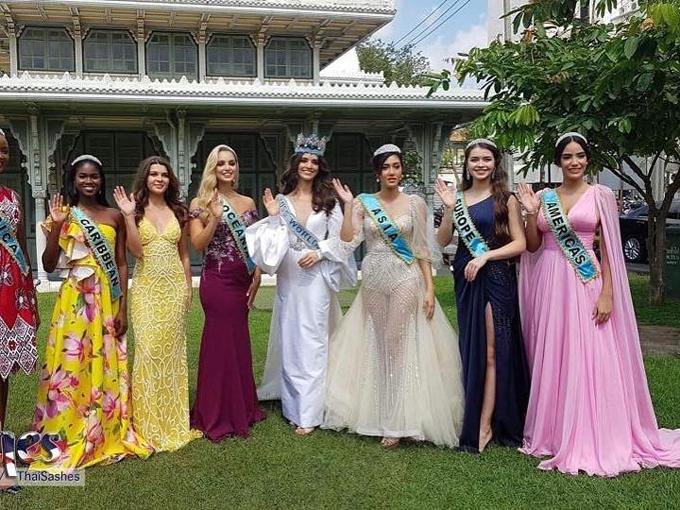 Hoa hậu Thế giới và Hoa hậu các lục địa năm 2018 cùng chụp ảnh kỷ niệm bên ngoài cung điện Phayathai.
