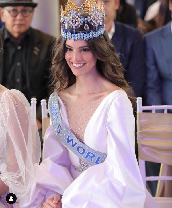 Hoa hậu Thế giới xuất hiện quyến rũ trong bộ đầm trắng tại buổi họp báo chiều ngày 18/2 ở Cung điện Phayathai, Bangkok.