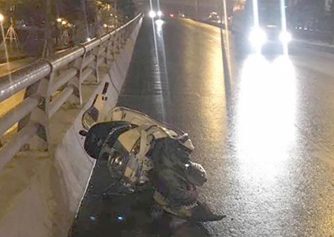 Chiếc xe máy của hai nạn nhân bị hư hỏng nặng. Ảnh: Vân Anh