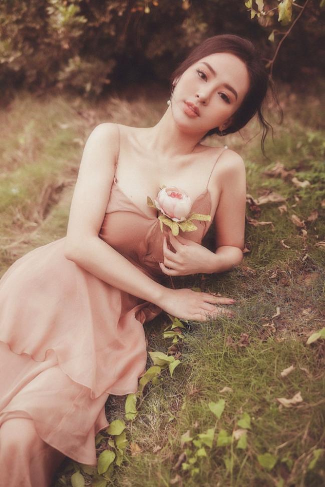 Trong không khí mùa xuân ấm áp, Hoa hậu Thu Hoàng thực hiện bộ ảnh mang phong thái nhẹ nhàng giữa thiên nhiên, khoe nét đẹp trong trẻo, dịu dàng.