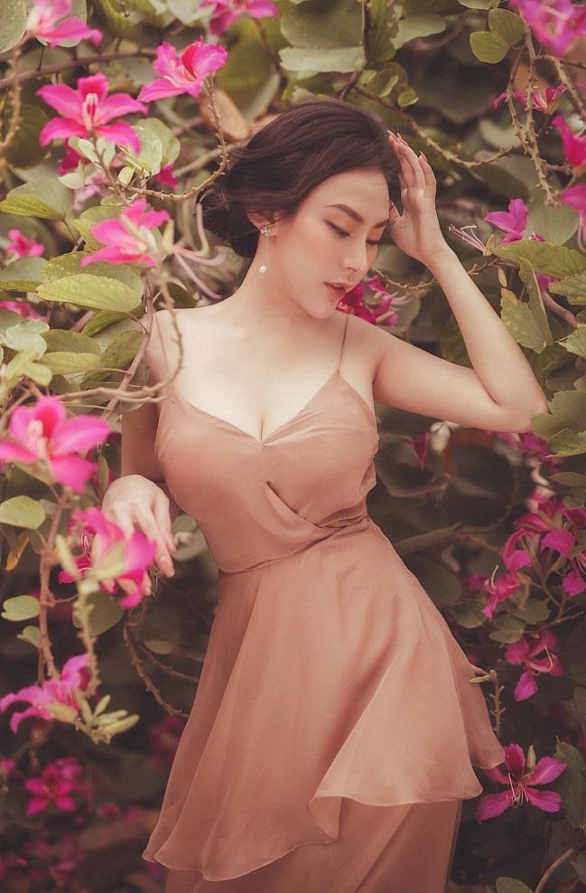Cô tạo dáng trong vườn hoa màu hồng rực rỡ.