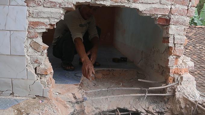 Căn nhà ông Liên bị sập nhiều vị trí sau vụ nổ.