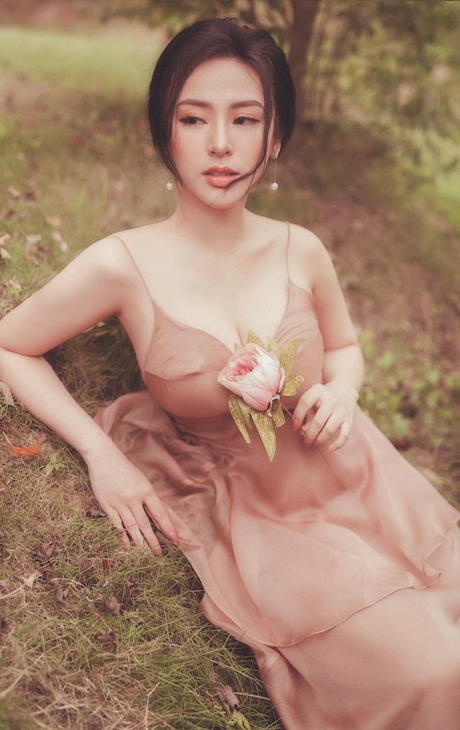 Người đẹp diện chiếc váy hai dây khoe vòng một căng đầy và làn da trắng mịn.