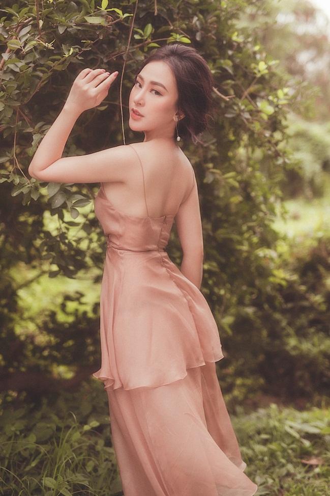 Thu Hoàngđược biết đến kể từ sau khi giành danh hiệu Hoa hậu Áo dài tạicuộc thi Hoa hậu Doanh nhân người Việt châu Á 2019.