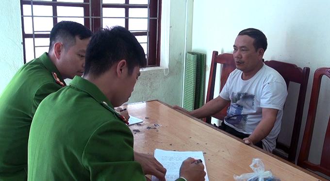 Cảnh sát lấy lời khai nghi can Nguyễn Huy Xô.