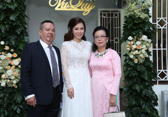 Vũ Ngọc Ánh diện áo dài cưới xuyên thấu chụp ảnh cùng bố mẹ trong lễ vu quy tại nhà riêng ở TP HCM. Sau 3 năm hẹn hò với rất nhiều lần chia tay rồi tái hợp, cô quyết định lên xe hoa với diễn viên Anh Tài.