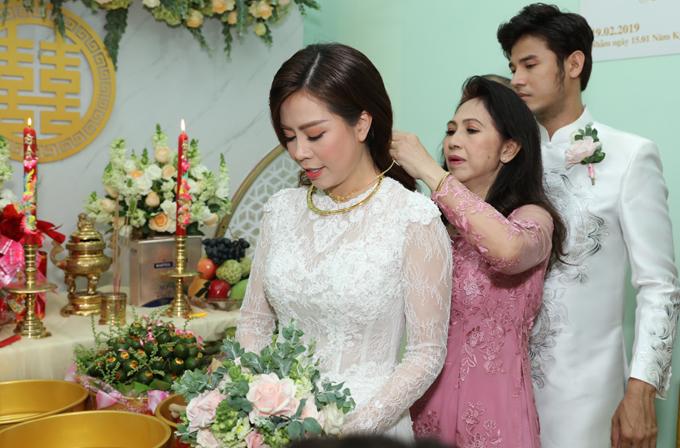 Vũ Ngọc Ánh được mẹ chồng tặng quà cưới.