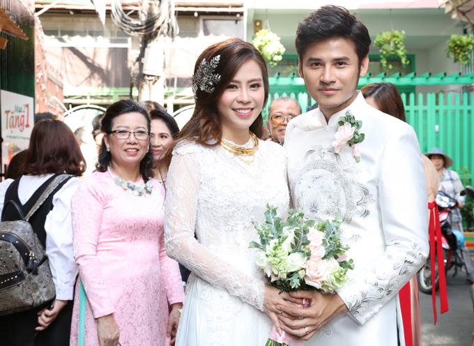 Sau nghi thức truyền thống, Anh Tài rước bà xã về dinh. Tối 19/2, đôi vợ chồng đãi tiệc cưới tại một nhà hàng ở TP HCM, mời đông đảo bạn bè nghệ sĩ tham dự.