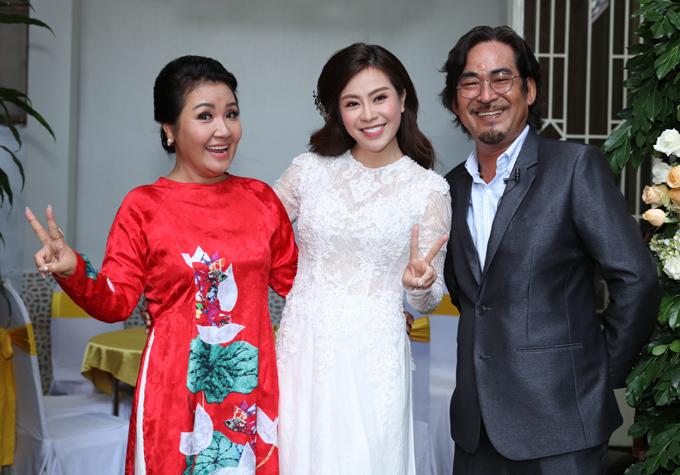 Vợ chồng nghệ sĩ Ngân Quỳnh xem Ngọc Ánh như con gái. Họ đến sớm phụ giúp nữ diễn viên chuẩn bị mọi thứ cần thiết cho ngày trọng đại.