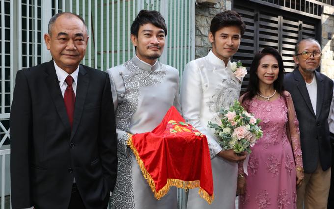 Nghệ sĩ Việt Anh, diễn viên Quốc Thái có mặt trong đội hình họ nhà trai. Anh Tài trông khá hồi hộp khi xuất hiện bênbố mẹ trong hôn lễ.