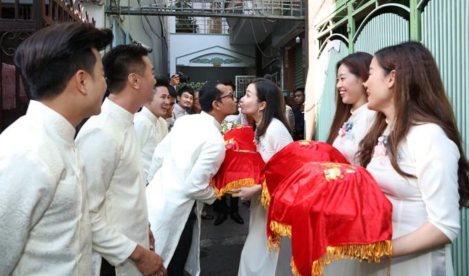 Khi trao tráp quả, Huỳnh Đông tranh thủ hôn bà xã Ái Châu. Anh nhớ lại lễ cưới của mình vài năm trước cũng rộn ràng không kém.