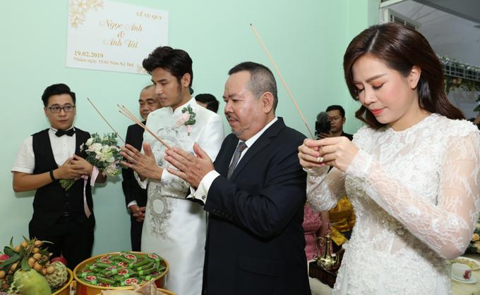 Cô dâu, chú rể cùng người thân làm lễ gia tiên trước bàn thờ nhà gái.