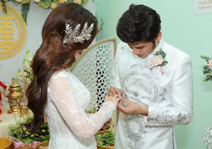 Anh Tài trao nhẫn cưới cho vợ.