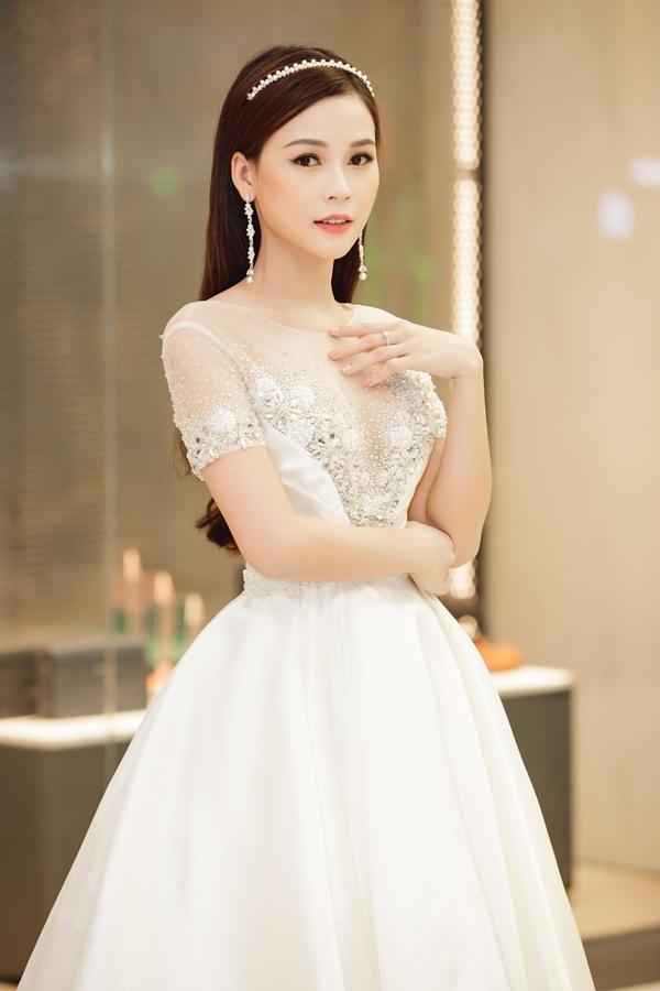 Sam tên thật là Nguyễn Hà My, sinh năm 1990, giành giải quán quân Ngôi sao thời trang 2008. Hiện cô theo đuổi hình ảnh một nghệ sĩ đa năng: dẫn chương trình gameshow, tham gia phim Cô Thắm về làng, Gia đình là số 1, Siêu sao siêu ngố,...