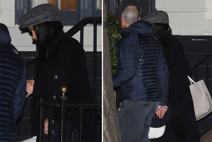 Bà bầu Meghan tay xách nách mang bước xuống cầu thang để ra xe đi chơi ở New York tối 18/2. Ảnh: Shutter Up & Probe Media.