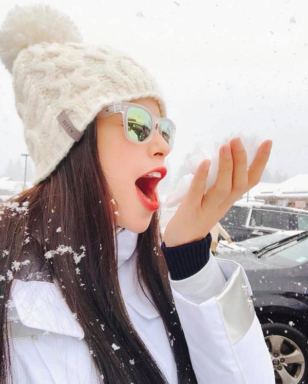 Phạm Hương thích thú đi trượt tuyết vào dịp Giáng sinh vừa qua.