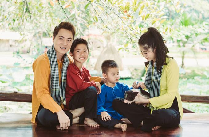 Gia đình Đăng Khôi mặc áo bà ba, quàng khăn rằn đi dã ngoại - 1
