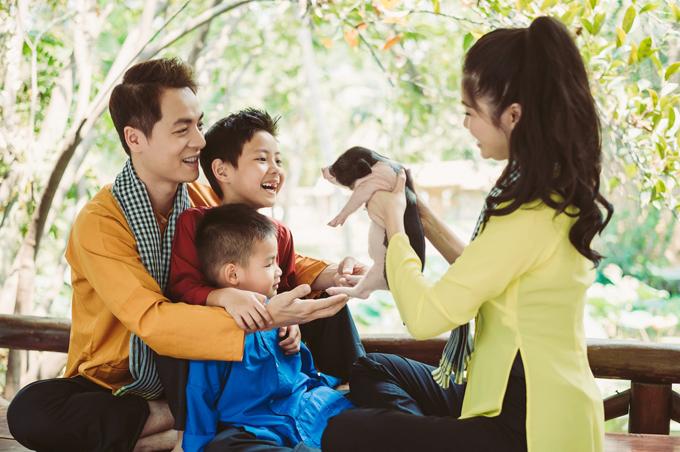 Gia đình Đăng Khôi mặc áo bà ba, quàng khăn rằn đi dã ngoại - 2