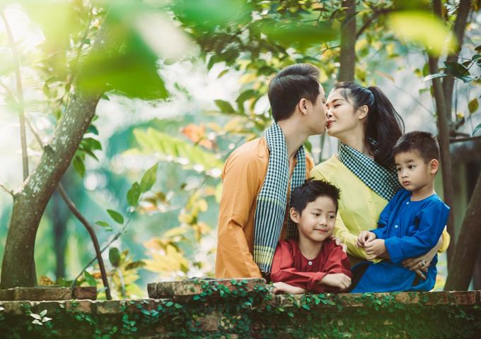 Gia đình Đăng Khôi mặc áo bà ba, quàng khăn rằn đi dã ngoại - 6