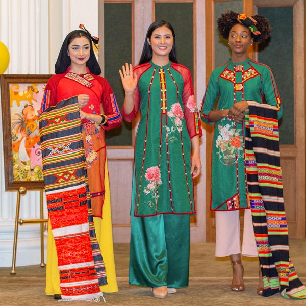 Cũng trong chương trình, toàn bộ số tiền đấu giá áo dài và tranh được Ngọc Hân gửi tặng lại cho Trung tâm văn hóa Việt Nam tại New York để làm từ thiện.