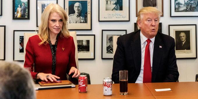 Trump không uống rượu bia nhưng nghiện nước có ga, ông có nút bấm bí mật gọi Coca-Cola trên bàn làm việc tại Nhà Trắng. Ảnh: Redux.