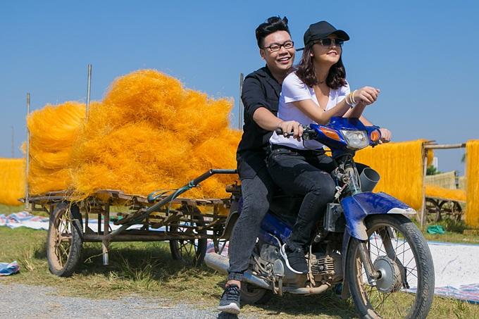 Phạm Quỳnh Anh, Hamlet Trương chở xe miến 100 kg giữa trời nắng - 4