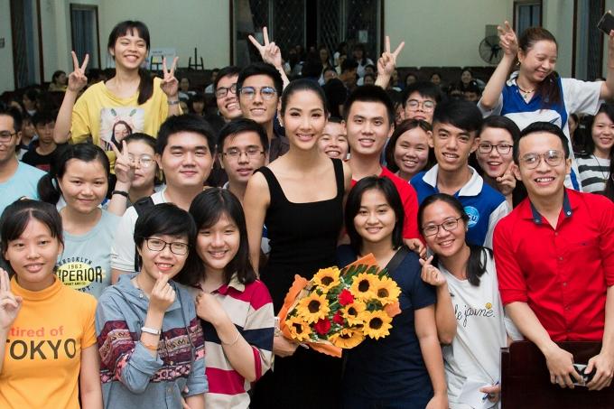 Hoàng Thùy giao lưu với các sinh viên Đại học Sài Gòn.