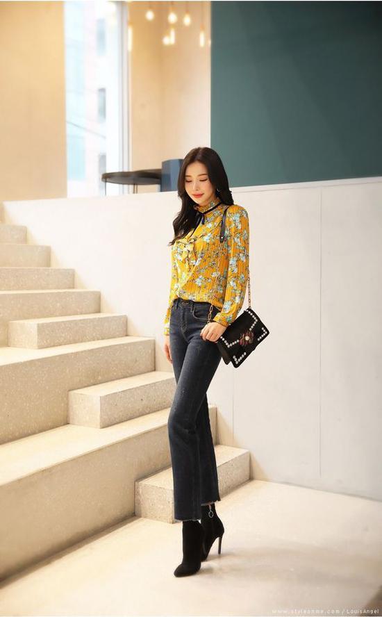 Khi không có quá nhiều thời gian để chọn lựa và phối đồ hợp ý khi đi làm, các đơn giản nhất là chọn ngay một chiếc quần jeans tôn dáng và áo blouse tông màu sáng.