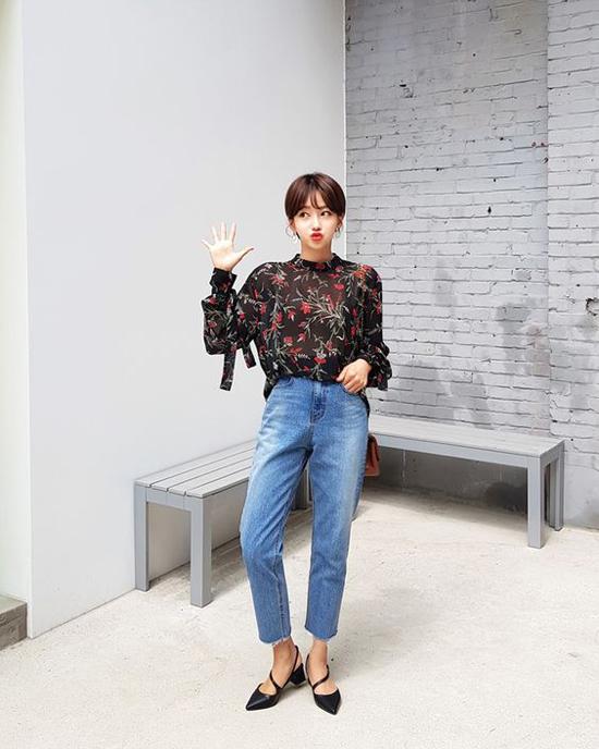 Diện các mẫu quần jeans xắn gấu, xé gấu với áo blouse trên chất liệu chiffon, lụa sẽ làm tăng nét điệu đà cho chị em công sở.