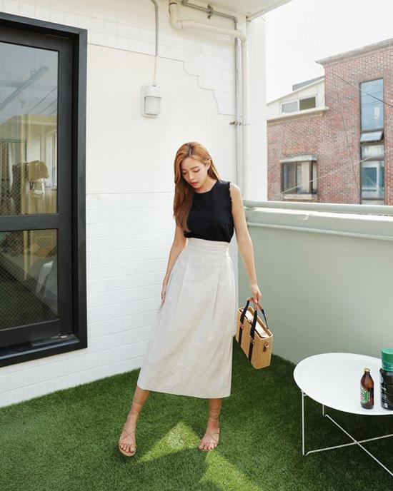 Chân váy midi với nhiều kiểu khác nhau, dễ phối đồ và vẫn có thể giúp người mặc khai thác vẻ đẹp gợi cảm.