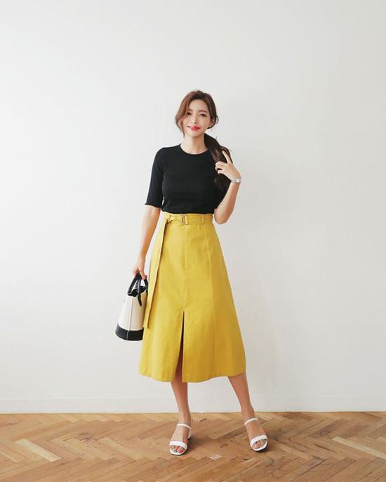 Chân váy midi và áo thun là công thức đơn giản nhất để có được hình ảnh đơn giản nhưng không kém phần điệu đà khi đi làm.