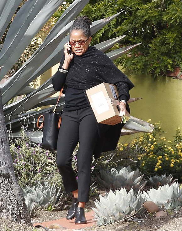 Bà Doria - mẹ ruột của Meghan - đi dạo ở Los Angeles hôm 19/2, ngày con gái tổ chức tiệc ở New York. Ảnh: UK Press.