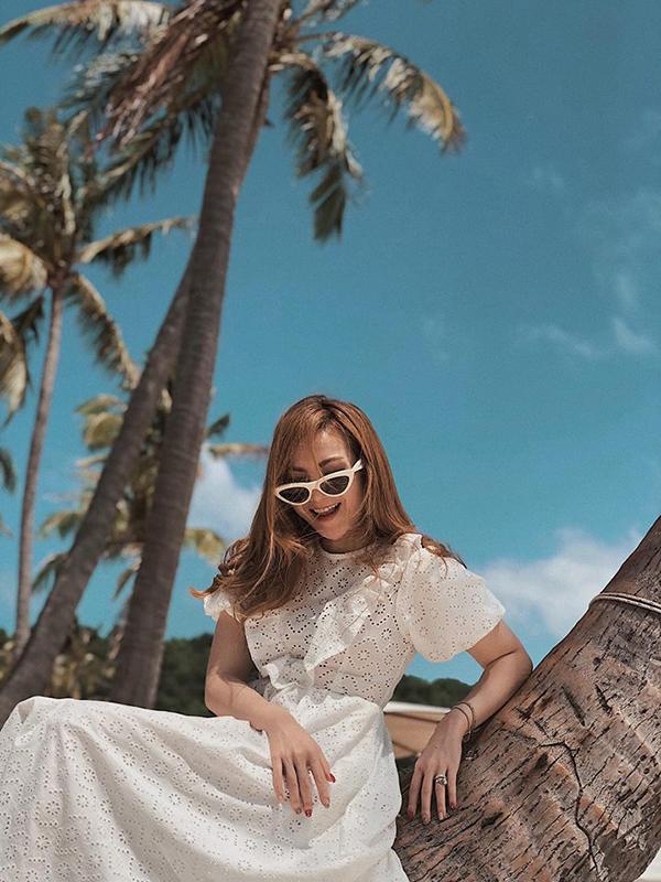 Trong khung cảnh nắng vàng biển xanh, các mẫu váy trắng luôn giúp càng nàng trở nên xinh xắn hơn. Váy lụa mềm, váy voan mỏng hay váy cotton cắt laser như Yến Nhi là một lựa chọn hợp lý.