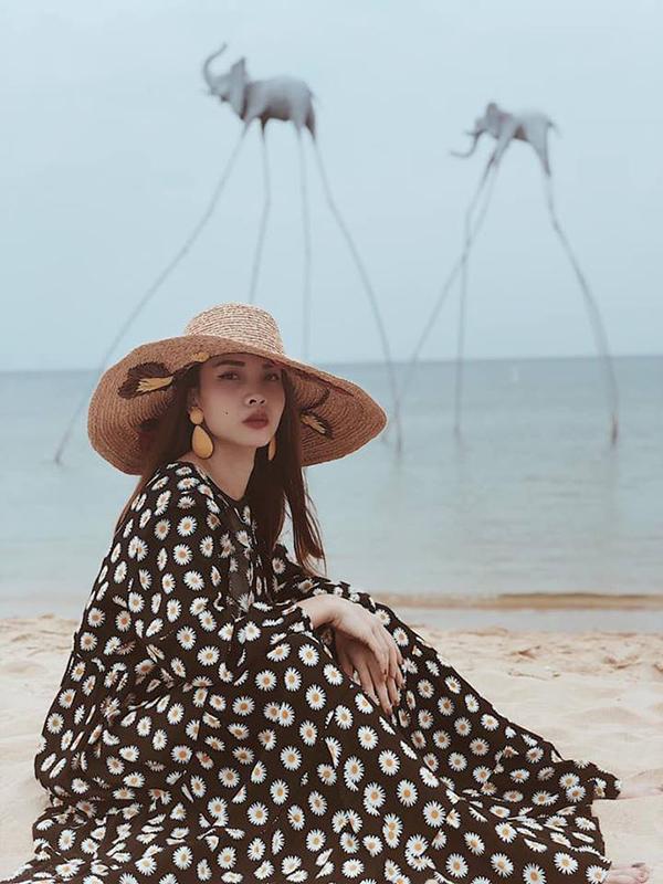 Váy liền thân, đầm thắt eo thiết kế trên các chất liệu vải nhẹ tênh như chiffon, voan lụa... sẽ giúp phái đẹp có được cảm giác bay bổng khi đi dạo biển. Mix thêm nũ cói như Yến Trang để thêm phần sành điệu.