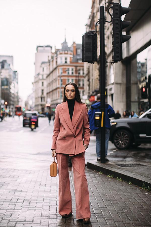 Các mẫu balzer dáng rộng kết hợp cùng quần suông ống đứng còn là trang phục tôn chiều cao hiệu quả. Đối với các bạn gái phía Bắc, ở mùa này họ có thể thỏa thích diện suit cùng các mẫu áo dệt kim, áo cổ lọ.