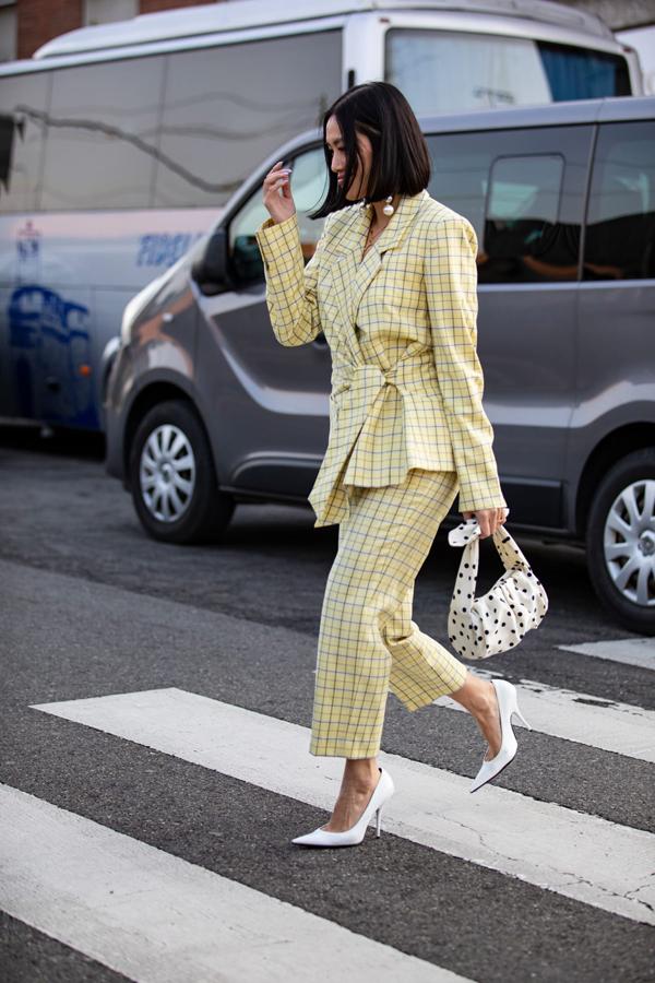 Bên cạnh các mẫu áo blazer kết hợp cùng quần ống loe, ống lửng và ống côn còn có các mẫu vest biến thể độc đáo. Sự sáng tạo của các nhà mốt khiến xu hướng này trở nên đa dạng và có sức cạnh tranh lớn giữa nhiều trào lưu mới.