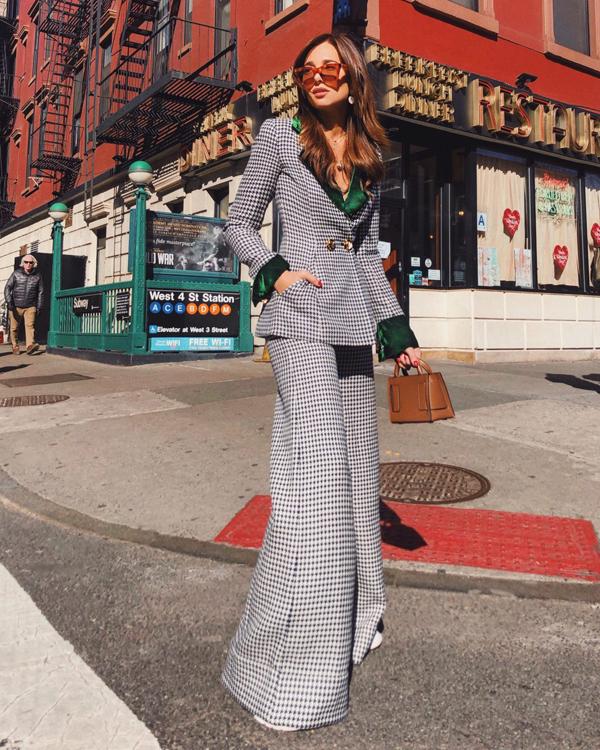 Nổi bật trong xu hướng suit xuân hè 2019 là các kiểu vest, blazer kẻ sọc họa tiết ca rô.