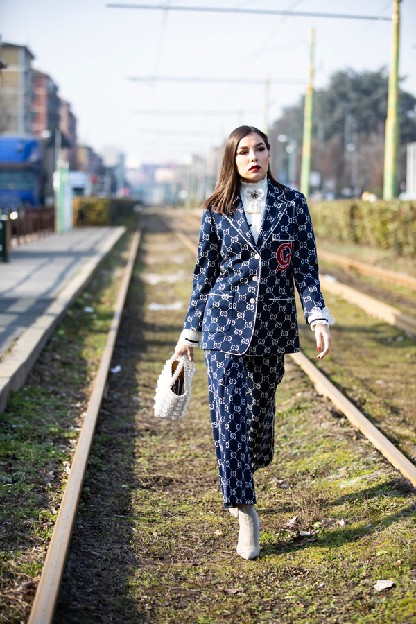 Suit trang trí logo đến từ các nhà mốt nổi tiếng là trang phục dành riêng cho các yêu nữ hàng hiệu và luôn muốn thể hiện đẳng cấp bằng việc chưng dụng trang phục đắt tiền.