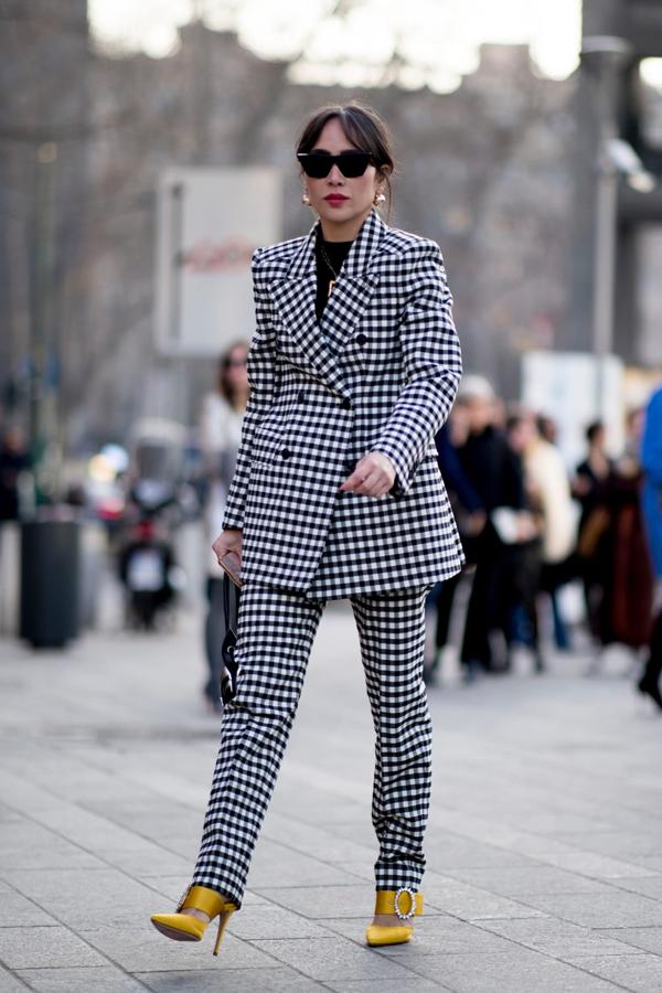 Suit kẻ sọc ca rô chiếm sóng khá lâu, chúng được yêu thích vì giúp người mặc có được nét hiện đại và tô đậm vẻ đẹp nữ quyền.