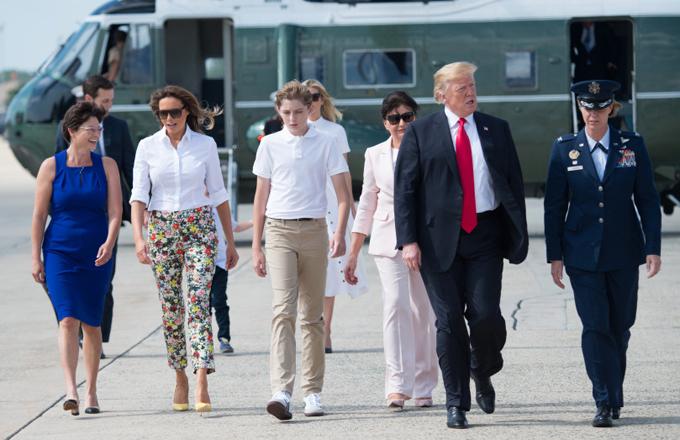 Barron cao hơn mẹ nhưng vẫn thấp hơn bố hồi tháng 6/2018. Ảnh: AFP.