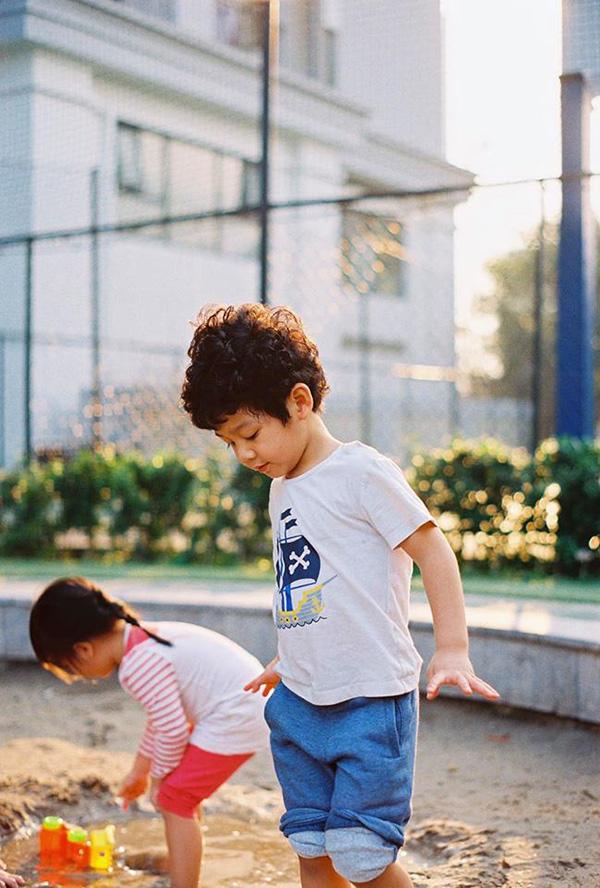 Cậu bé rất hiếu động và ưa thích các hoạt động ngoài trời.
