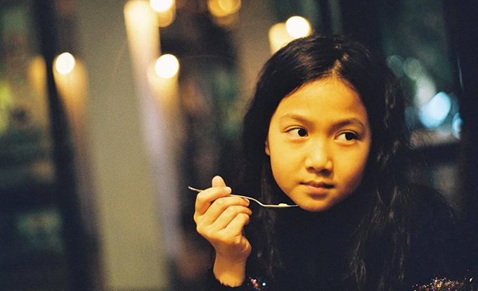 Bé Chip là trái ngọt đầu tiên trong cuộc hôn nhân của diễn viên Mạnh Trường và bà xã Phương Phạm. Một năm gần đây, cô bé lớn phổng phao và ngày càng ra dáng thiếu nữ.