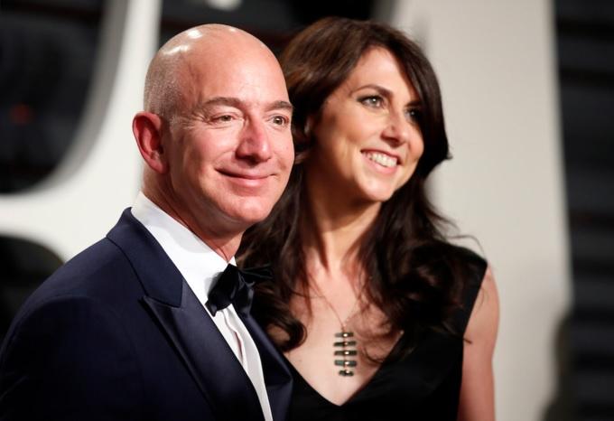 Jeff Bezos vàngười vợ tào khang. Ảnh: Reuters.