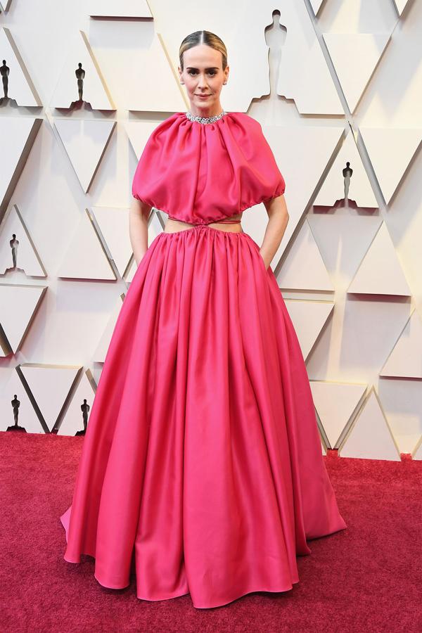Trang phục của diễn viên Carol Sarah Paulson bị chê ở phần thân trên cách điệu khó hiểu và xếp nếp kém tinh tế.
