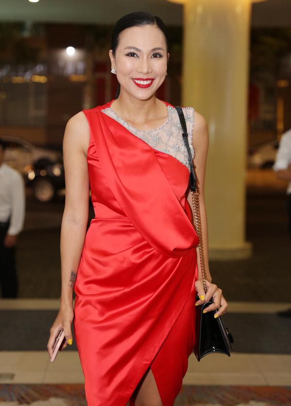 Mẫu váy của ca sĩ Khánh Ngọc xếp nếp thiếu tinh tế, pha trộn chất liệu xuyên thấu kém sang và đính kết chưa khéo.