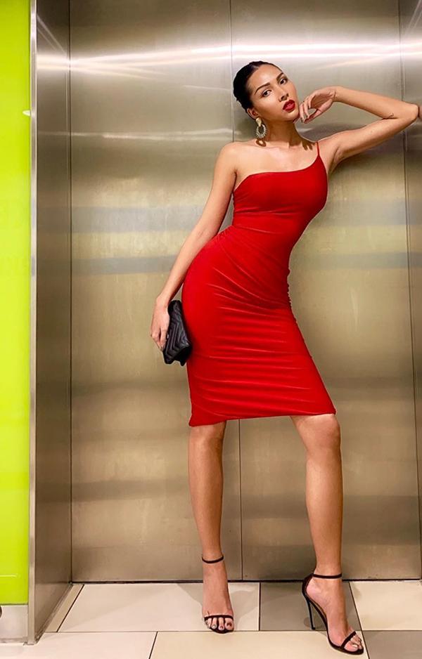 Tông đỏ đậm được phái đẹp ưa chuộng vì nó không quá kén da. Đơn cử như viên ngọc đen - Minh Triệu vẫn thu hút ánh nhìn khi sử dụng vách ôm sát body.