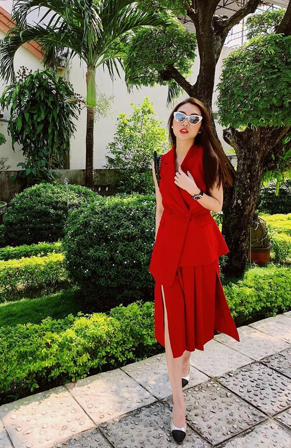 Nếu sở hữu làn da trắng sáng như Tường Linh thì các bạn gái hãy vô tư diện tông đỏ nổi bật để tôn ưu điểm. Cùng với áo vest biến thể, chân váy xẻ tiệp tông màu sẽ giúp các nàng thêm nổi bật.