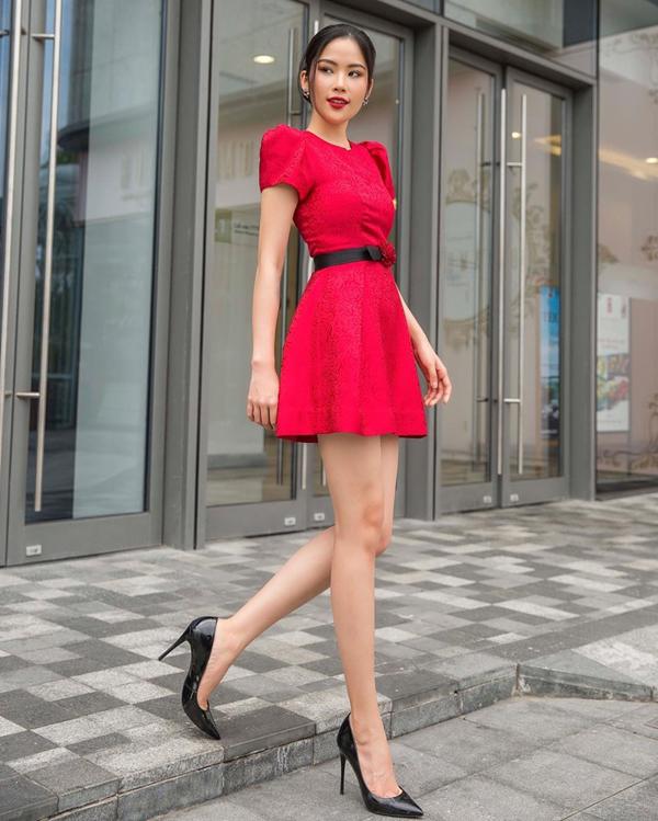 Cùng với đỏ đậm sang trọng, tông đỏ hồng cũng là gam màu khiến phái đẹp trở nên xinh xắn hơn. Lệ Nam tôn chân dài với thiết kế váy liền thân dáng ngắn.