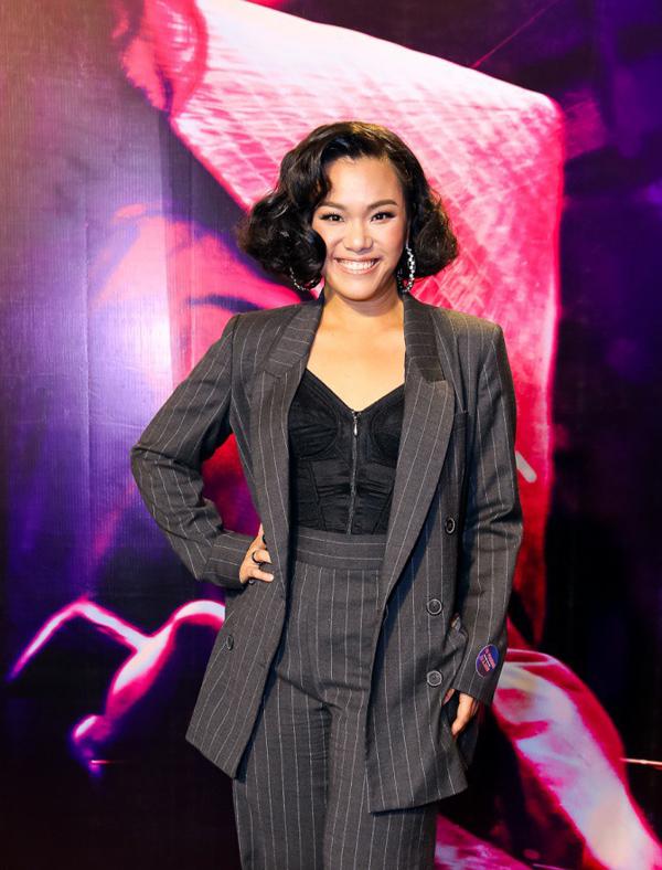 Bộ suit phom rộng màu tối và kiểu tóc xoăn khiến ca sĩ Phương Vy trông già hơn tuổi.