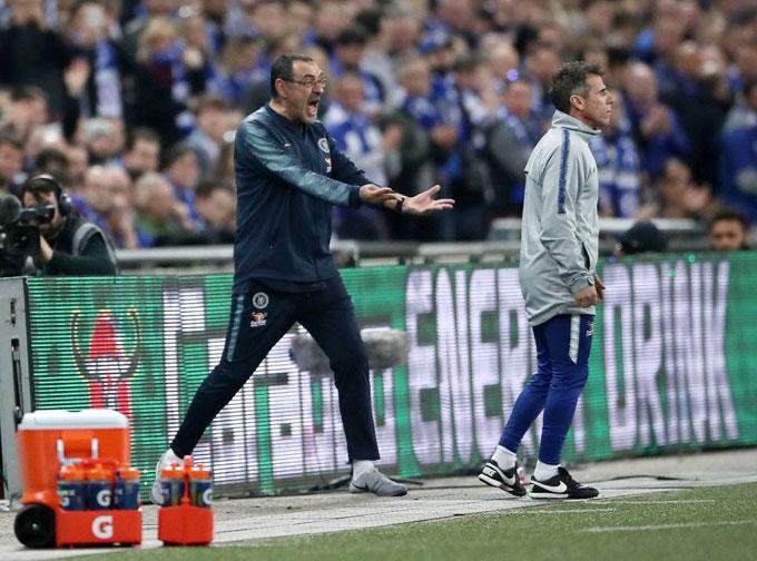 Thua trận, các fan Chelsea trút giận lên Kepa.